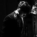 张杰最新专辑《我在这里(电视剧《二炮手》插曲)》封面图片